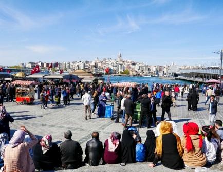 Einen Tag vorm Feiertag ist die Stadt voll mit türkischen Touristen.