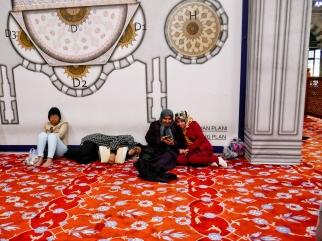 Frauen müssen in der Moschee ja bekanntlich von den Männern getrennt sein.