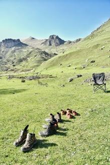 Schuhe putzen nach der staubigen Wanderung und bevors nach Russland geht
