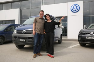 Bussi hat den ersten Service auf der Reise bekommen und wir mussten für das Instagram der VW Garage in Novosibirsk posieren