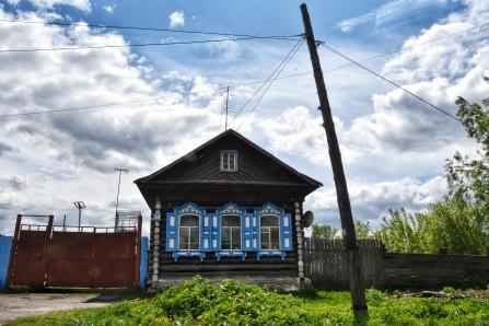 typisches Knusperhäuschen in Sibirien, immer mit etwas Farbe