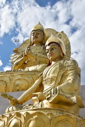 Buddhastatue und große Stupa am Kloster Amarbayasgalant