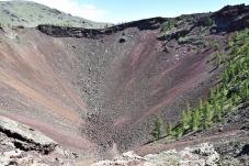 vorsichtiger Blick in den Vulkankegel