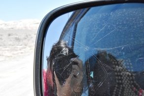 unser Seitenspiegel hat ein Spinnennetz, weil wir bei der Wellblechpiste so langsam fahren mussten
