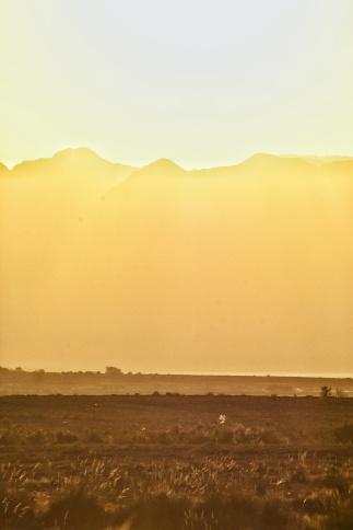 Sonnenuntergang bei 40° im Altyn-Emel Nationalparkund ein Fleck auf der Linse