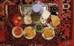 leckeres und va buntes Abendessen, bis auf die Äpfel, in einem Homestay beim Fort Yamchum