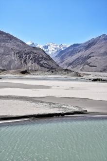 Hindukush, Strand und blauer Fluss