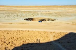 Gaskrater, mitten in der Wüste