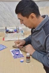 Holzmalerei für Touristen und Mann spricht sogar Deutsch