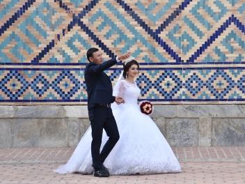 Brautpaar beim Filmdreh, den Registran umzingelnd. es gab übrigens noch mindestens vier andere Paare