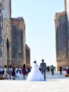 das Brautpaar muss sich präsentieren und die Braut muss böse schauen