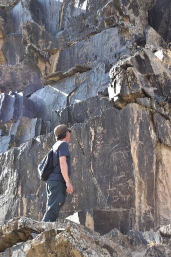 Petroglyphen bei Sarmishay und gleichzeitig auf der Hut vor der kaukasischen Kobra
