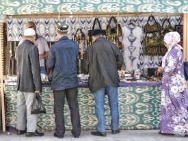 auch die Usbeken kaufen bei den Touristenständen, werden aber sicher weniger abgezockt