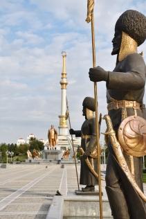 Turkmenbashi in Gold und seine überdimensionierten Denkmälern