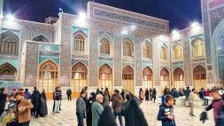 ein Innenhof des Imam Reza Mausoleums. Man durfte leider nur mit Handy fotografieren