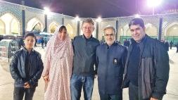 nachdem ich keinen eigenen Tschador besitze, musste ich für die Besichtigung des Imam Reza Mausoleums diesen Bettüberzug anziehen. Der Vorteil war, ich ging in der schwarzen Masse nicht verloren