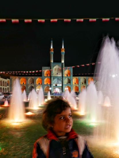 Eigentlich wollte ich nur Fotos vom Meydan-e Amir Chaqmaq Komplex machen. Die Kleine wollte scheinbar unbedingt mit aufs Foto