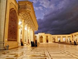 Shah-e-Cherag Mausoleum in Shiraz kurz vorm Regen