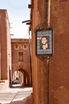 Bild eines Iraners, der im Krieg gegen den Irak den Märtyrertod gestorben ist. Sämtliche Dörfer sind voll mit Bildern