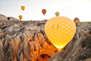 der Ballon mit einer Busladung asiatischer Touristen wagt sich tatsächlich zwischen das Tuffgestein